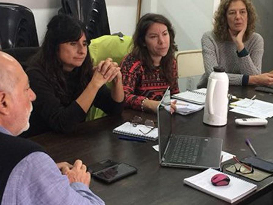 La secretaria de Asuntos Estudiantiles, Bioq. Mara Parello (centro), en la reunión con equipo de DGES.