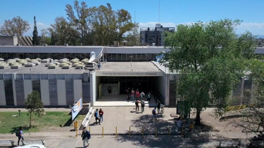 Vista de la Facultad de Ciencias Exactas, Físicas y Naturales (FCEFyN).